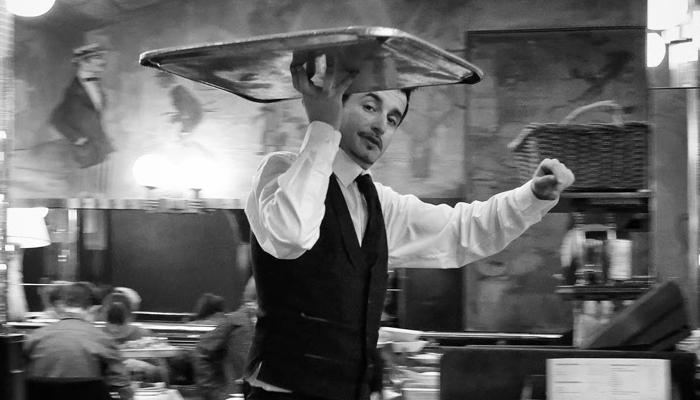 Ober Hoe spreek ik u aan bediening kleding ober model van aandacht gastvrijheid gasten gastvrij zijn gastvrijheid service kwaliteit aandacht veiligheid vertrouwen the connect effect Mind Your Guest Robert Bosma training hospitality klantvriendelijkheid oogcontact lachen